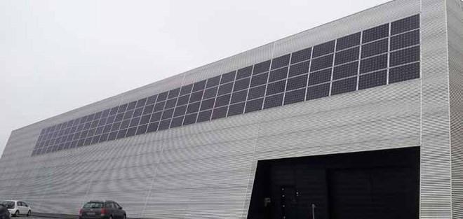 Solceller giver besparelser i industrien.