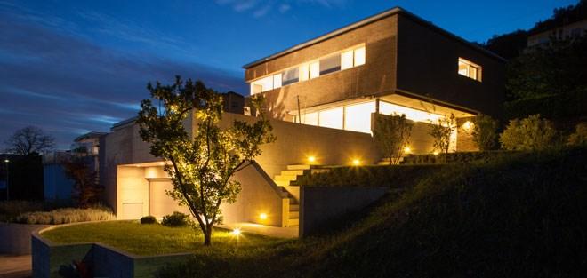 Har du lysstyring ved hoveddøren, havegangen og carporten?